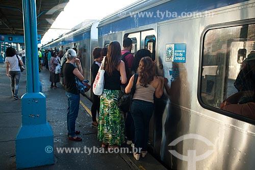 Passageiros embarcando na Estação Maracanã da Supervia - concessionária de serviços de transporte ferroviário  - Rio de Janeiro - Rio de Janeiro (RJ) - Brasil