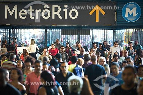 Passageiros no acesso ao Metrô Rio na Estação Central do Brasil da Supervia - concessionária de serviços de transporte ferroviário  - Rio de Janeiro - Rio de Janeiro (RJ) - Brasil