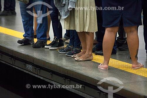 Passageiros à frente da linha amarela de segurança na Estação Botafogo do Metrô Rio  - Rio de Janeiro - Rio de Janeiro (RJ) - Brasil