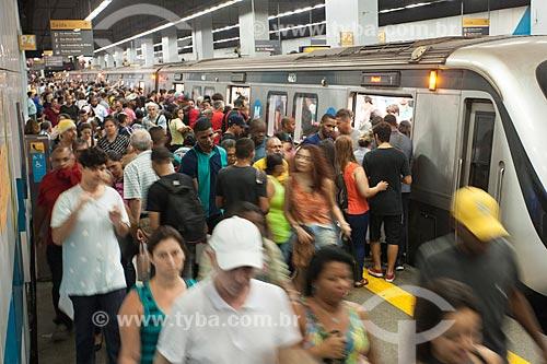 Passageiros embarcando e desembarcando na Estação Botafogo do Metrô Rio  - Rio de Janeiro - Rio de Janeiro (RJ) - Brasil