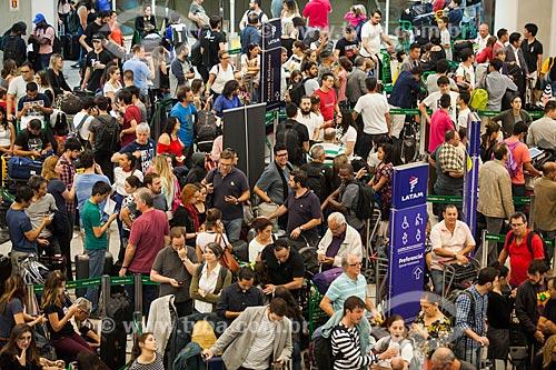 Fila na área de embarque do Aeroporto Santos Dumont durante atrasos e cancelamentos provocados por nevoeiro  - Rio de Janeiro - Rio de Janeiro (RJ) - Brasil