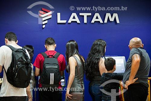 Fila em terminal de autoatendimento da Latam Airlines no Aeroporto Santos Dumont durante atrasos e cancelamentos provocados por nevoeiro  - Rio de Janeiro - Rio de Janeiro (RJ) - Brasil