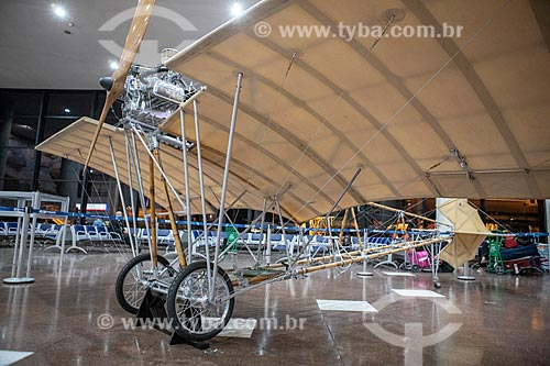 Réplica do aeroplano Demoiselle número 20 - inventado por Alberto Santos Dumont em 1907 - em exibição no Aeroporto Santos Dumont - parte do acervo permanente do Museu Aeroespacial  - Rio de Janeiro - Rio de Janeiro (RJ) - Brasil