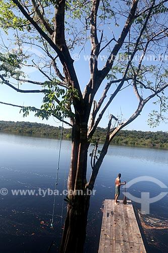 Menino ribeirinho no cais da comunidade ribeirinha tumbira - Parque Nacional de Anavilhanas  - Novo Airão - Amazonas (AM) - Brasil
