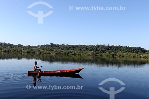 Canoa próxima à comunidade ribeirinha tumbira - Parque Nacional de Anavilhanas  - Novo Airão - Amazonas (AM) - Brasil