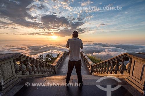 Homem fotografando o amanhecer a partir do mirante do Cristo Redentor  - Rio de Janeiro - Rio de Janeiro (RJ) - Brasil