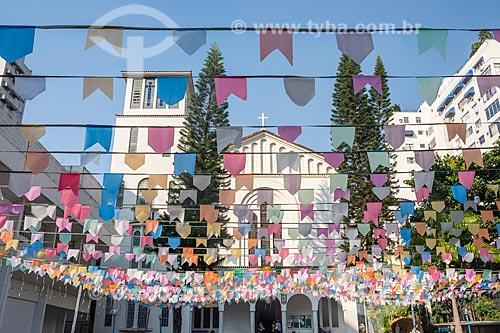 Paróquia Cristo Redentor (1948) decorada com bandeirinhas de festa junina  - Rio de Janeiro - Rio de Janeiro (RJ) - Brasil