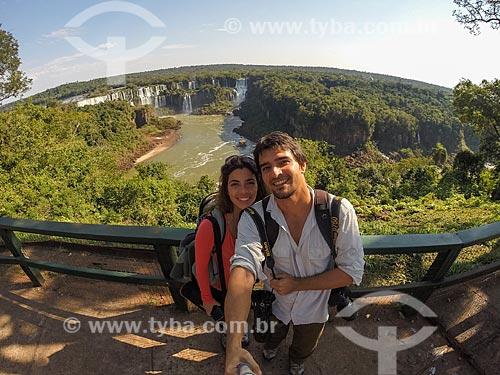 Casal fazendo uma selfie no Parque Nacional do Iguaçu  - Foz do Iguaçu - Paraná (PR) - Brasil