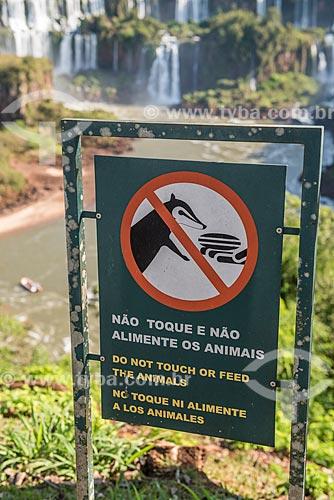 Placa indicando a proibição de tocar e alimentar os animais no Parque Nacional do Iguaçu  - Foz do Iguaçu - Paraná (PR) - Brasil