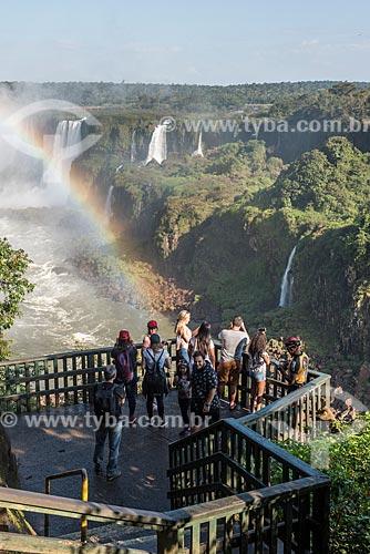 Turistas no mirante da garganta do diabo no Parque Nacional do Iguaçu  - Foz do Iguaçu - Paraná (PR) - Brasil