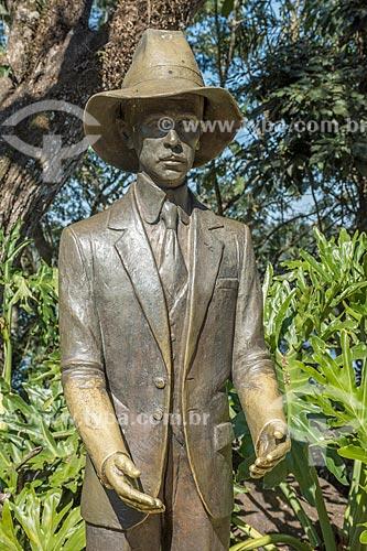 Detalhe de estátua de Alberto Santos Dumont em Porto Canoas - Parque Nacional do Iguaçu  - Foz do Iguaçu - Paraná (PR) - Brasil