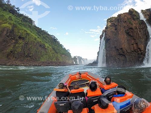 Passeio turístico de barco no Rio Iguaçu próximo às Cataratas do Iguaçu no Parque Nacional do Iguaçu  - Foz do Iguaçu - Paraná (PR) - Brasil
