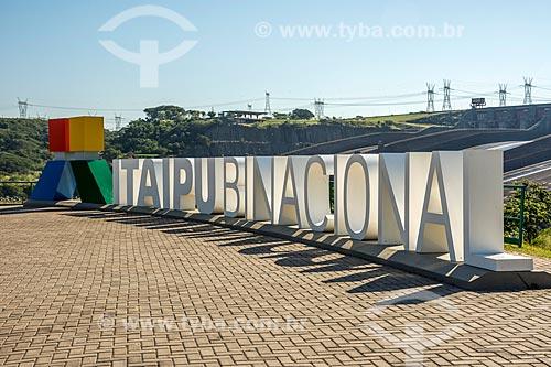 Vista de letreiro com os dizeres: Itaipu Binacional na Usina Hidrelétrica Itaipu Binacional  - Foz do Iguaçu - Paraná (PR) - Brasil