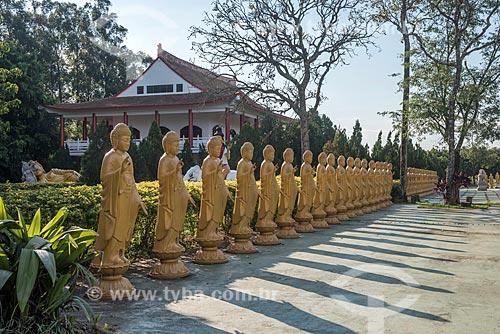 Estátuas femininas de Bodhisattvas - seres iluminados - com a posição de uma das mãos representa boas-vindas e a outra energia positiva no Centro Budista Chen Tien  - Foz do Iguaçu - Paraná (PR) - Brasil