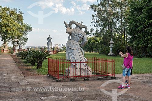 Turista fotografando estátua no Centro Budista Chen Tien  - Foz do Iguaçu - Paraná (PR) - Brasil