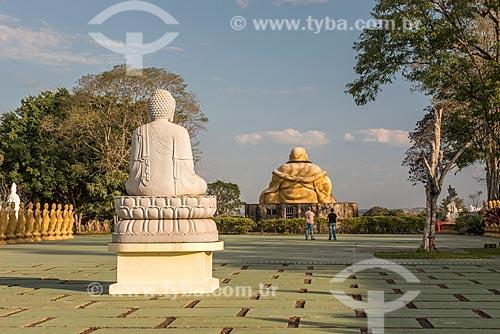 Buda Amitabha com o Imagem sagrada do Maitreya Bodhisattva (Buda Mi La Pu-san) ao fundo no Centro Budista Chen Tien  - Foz do Iguaçu - Paraná (PR) - Brasil