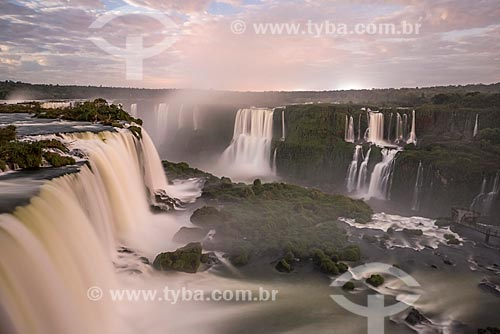Vista das Cataratas do Iguaçu no Parque Nacional do Iguaçu durante o pôr do sol  - Foz do Iguaçu - Paraná (PR) - Brasil