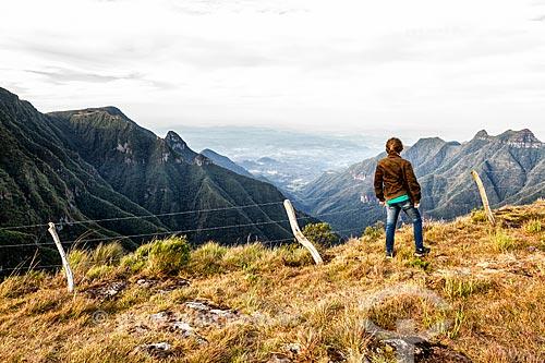 Mulher observando a paisagem a partir do Cânion da Ronda na Serra do Rio do Rastro  - Lauro Muller - Santa Catarina (SC) - Brasil