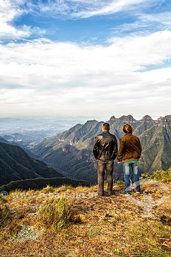 Casal observando a paisagem a partir do Cânion da Ronda na Serra do Rio do Rastro  - Lauro Muller - Santa Catarina (SC) - Brasil
