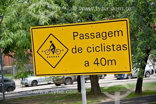 Placa que diz: Passagem de ciclistas a 40m na Avenida Erico Verríssimo  - Porto Alegre - Rio Grande do Sul (RS) - Brasil