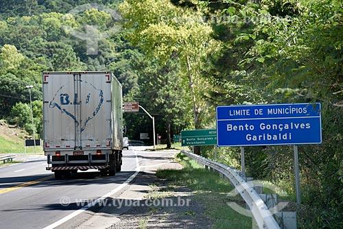 Placa na Rodovia BR-470 na divisa entre Bento Gonçalves e Garibaldi  - Bento Gonçalves - Rio Grande do Sul (RS) - Brasil