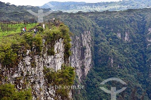 Vista do Cânion do Itaimbezinho no Parque Nacional dos Aparados da Serra durante a trilha do cotovelo  - Cambará do Sul - Rio Grande do Sul (RS) - Brasil