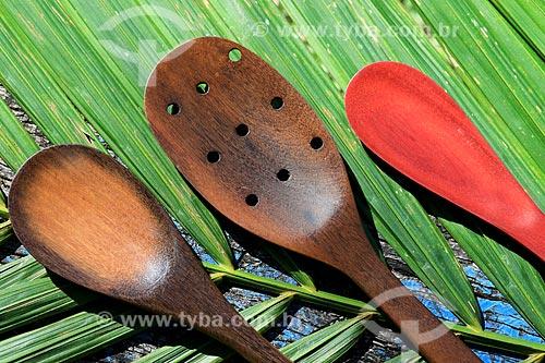 Detalhe de colheres de pau - artesanato indígena da tribo Baré da Comunidade Boa Esperança na Reserva de Desenvolvimento Sustentável Puranga Conquista  - Manaus - Amazonas (AM) - Brasil