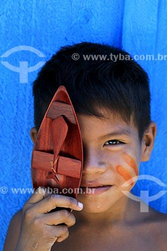 Menino da tribo Baré - Josué de Jesus Garrido - segurando artesanato indígena na Comunidade Boa Esperança - Reserva de Desenvolvimento Sustentável Puranga Conquista  - Manaus - Amazonas (AM) - Brasil