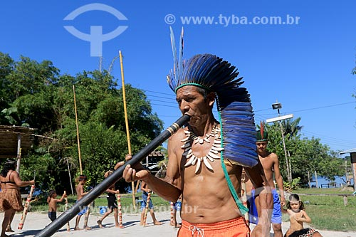 Índio tocando flauta Uruá na tribo Baré - Comunidade Boa Esperança - Reserva de Desenvolvimento Sustentável Puranga Conquista  - Manaus - Amazonas (AM) - Brasil
