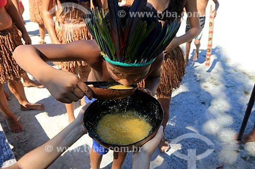 Índios da tribo Baré bebendo xibé na Comunidade Boa Esperança - Reserva de Desenvolvimento Sustentável Puranga Conquista  - Manaus - Amazonas (AM) - Brasil