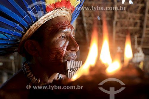 Detalhe de índio tocando flauta de pã na tribo Tatuyo  - Manaus - Amazonas (AM) - Brasil