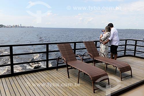 Família de turistas observando o Rio Negro a partir de barco  - Manaus - Amazonas (AM) - Brasil