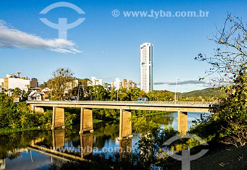 Vista da Ponte Adolfo Konder (1957) sobre o Rio Itajai-Açu  - Blumenau - Santa Catarina (SC) - Brasil