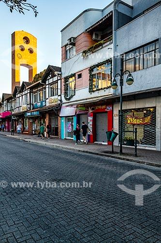Lojas na Rua Quinze de Novembro com o campanário da Catedral São Paulo Apóstolo ao fundo  - Blumenau - Santa Catarina (SC) - Brasil