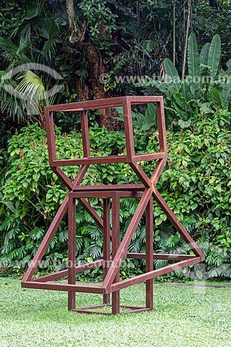 Escultura Mulher Nova #3 (2017) por Raul Mourão no jardim do Instituto Casa de Roberto Marinho (1939)  - Rio de Janeiro - Rio de Janeiro (RJ) - Brasil