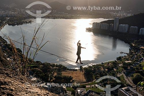 Praticante de slackline no Morro do Cantagalo durante o pôr do sol  - Rio de Janeiro - Rio de Janeiro (RJ) - Brasil