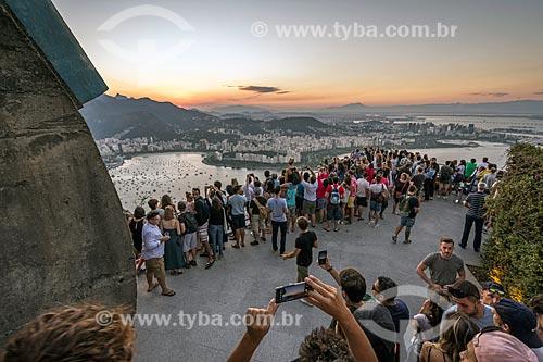Turistas observando o pôr do sol a partir do mirante do Pão de Açúcar  - Rio de Janeiro - Rio de Janeiro (RJ) - Brasil