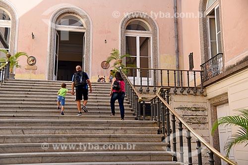 Família em escadaria no Museu Nacional - antigo Paço de São Cristóvão  - Rio de Janeiro - Rio de Janeiro (RJ) - Brasil