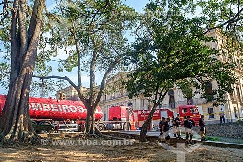 Cordão de isolamento do Corpo de Bombeiros no Museu Nacional - antigo Paço de São Cristóvão - após o incêndio de grandes proporções que destruiu quase a totalidade do acervo histórico  - Rio de Janeiro - Rio de Janeiro (RJ) - Brasil