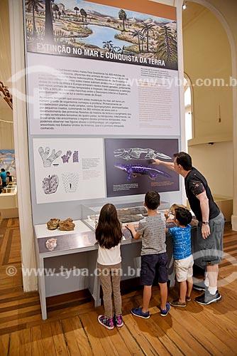 Visitantes lendo painel de informação no Museu Nacional - antigo Paço de São Cristóvão  - Rio de Janeiro - Rio de Janeiro (RJ) - Brasil