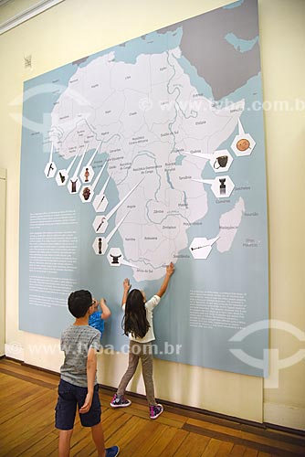 Crianças interagindo com exposição África - passado e presente - em exibição no Museu Nacional - antigo Paço de São Cristóvão  - Rio de Janeiro - Rio de Janeiro (RJ) - Brasil