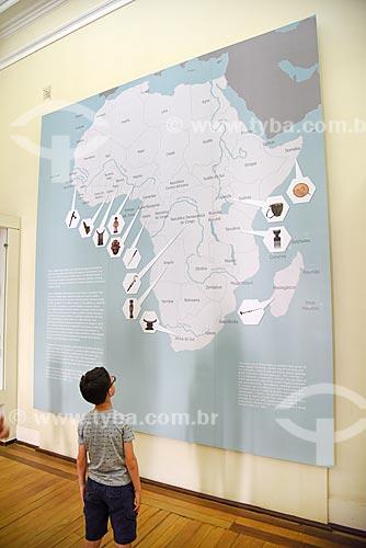 Menino observando exposição África - passado e presente - em exibição no Museu Nacional - antigo Paço de São Cristóvão  - Rio de Janeiro - Rio de Janeiro (RJ) - Brasil
