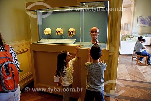 Crianças observando reconstrução do fóssil mais antigo achado no Brasil de um Homo sapiens fêmea adulta que foi denominada Luzia em exibição no Museu Nacional - antigo Paço de São Cristóvão  - Rio de Janeiro - Rio de Janeiro (RJ) - Brasil