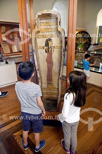 Crianças observando exposição Egito Antigo em exibição no Museu Nacional - antigo Paço de São Cristóvão  - Rio de Janeiro - Rio de Janeiro (RJ) - Brasil
