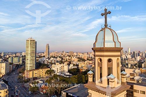 Foto feita com drone do campanário da Igreja de Nossa Senhora das Mercês com prédios do centro de Curitiba ao fundo  - Curitiba - Paraná (PR) - Brasil