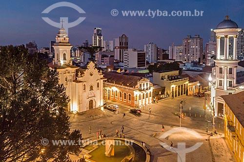 Foto feita com drone da Igreja de Nossa Senhora do Rosário de São Benedito (1946) com a Igreja Presbiteriana Independente de Curitiba - à direita - durante o anoitecer  - Curitiba - Paraná (PR) - Brasil