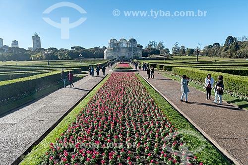 Jardim Botânico de Curitiba (Jardim Botânico Francisca Maria Garfunkel Rischbieter) com a estufa ao fundo  - Curitiba - Paraná (PR) - Brasil