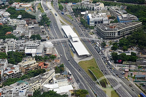 Foto aérea da Avenida Armando Lombardi com a Estação do BRT Transoeste - Estação Jardim Oceânico - e da Estação Jardim Oceânico do Metrô Rio  - Rio de Janeiro - Rio de Janeiro (RJ) - Brasil