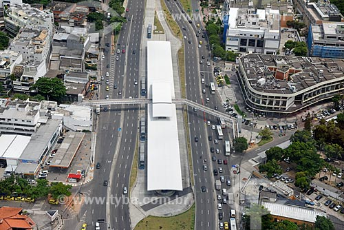 Foto aérea da Avenida Armando Lombardi com a Estação do BRT Transoeste - Estação Jardim Oceânico  - Rio de Janeiro - Rio de Janeiro (RJ) - Brasil