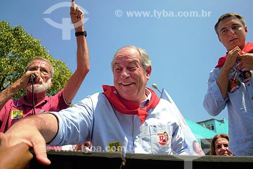 Ciro Gomes e Pedro Fernandes - candidato à presidência e a governador do Rio de Janeiro pelo Partido da Social Democracia Brasileira (PSDB) - durante carreata em Madureira  - Rio de Janeiro - Rio de Janeiro (RJ) - Brasil